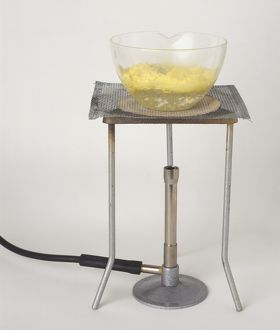 Glass dish with suspension of sulphur in sodium sulphite heated on a tripod.