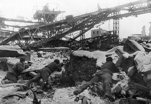 World war 2, battle of stalingrad, red army soldiers fighting in the ruins of the krasny oktyabr