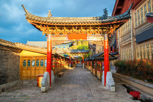 travel/unesco world heritage/old chinese style building old town lijiang yunnan