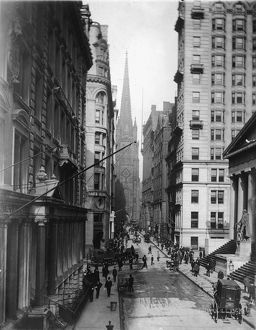 Pedestrians and horsedrawn carriages on Wall Street 1915