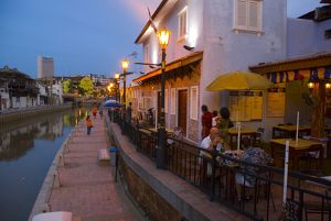 Evening on the esplanade at the edge of Sungai Melaka,