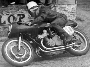 Douglas, Isle of man: Geoff Duke, riding an Italian Gilera (493) round the bend at